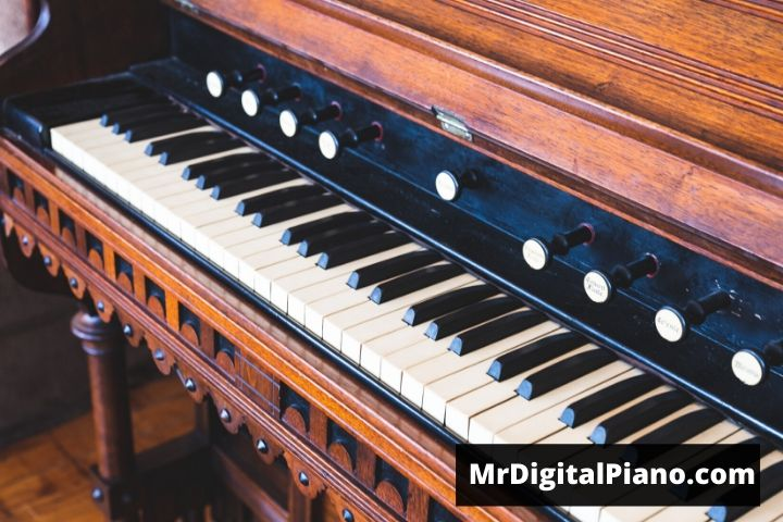 what is the difference between piano and keyboard